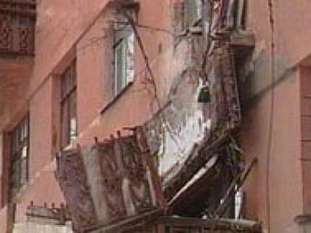 На севере москвы упавший балкон убил прохожего новости mos. .